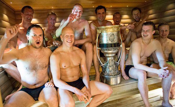Löylyt maistuivat kaveriporukalle vilpoisan uintirupeaman jälkeen. Gagarin-kannun takana Mikko Koskinen ja SKA-pomo Roman Rotenberg.