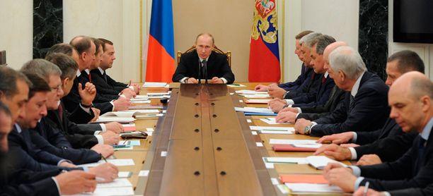Länsivaltojen mukaan todellisuudessa Putin vetelee naruista Ukrainassa.