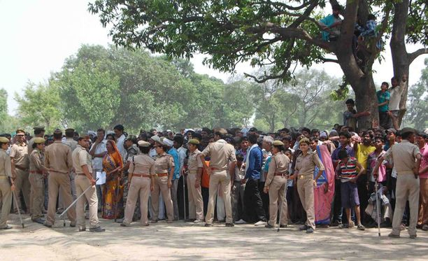Tästä puusta tytöt löydettiin hirtettyinä. Rikospaikalle kokoontui toukokuussa runsaasti kyläläisiä.