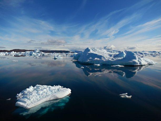 Myös Grönlannin jäätikoiden sulaminen on yksi ilmastonmuutokseen liittyviä käännekohtia. Kuvassa ajelehtivia jäävuoria Grönlannin Terrsondissa.
