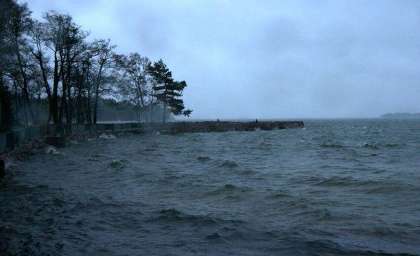 Tuuli yltyy puuskissa kahteen kymmeneen metriin sekunnissa. Arkistokuva Espoon Haukilahdessxta.