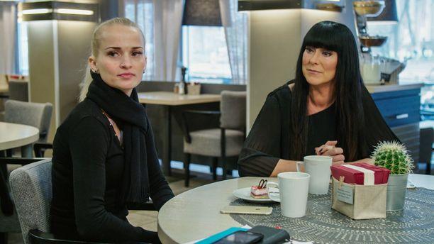Kristina ja Ellen etsivät johtolankoja Kristinan kadonneen isän luo.