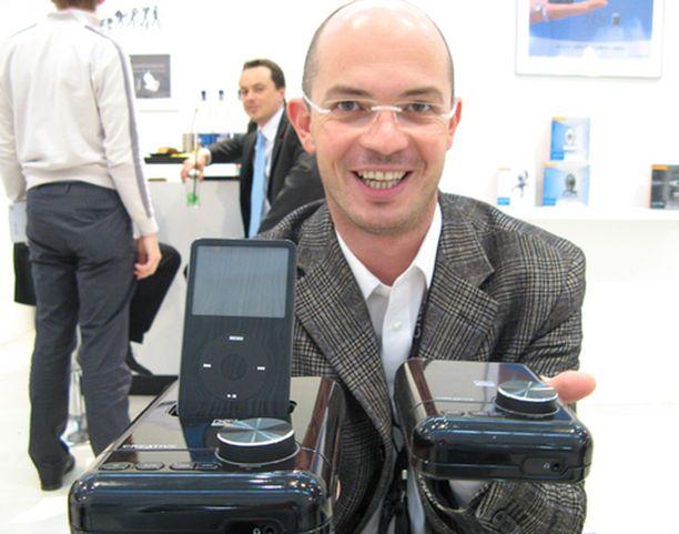 Riccardo de Rinaldini pitää kädessään Creativen uutta iPod-telakkaa.