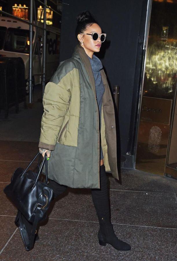 Rihanna säväyttää ylisuurella parkalla, jonka hän on yhdistänyt muodikkaisiin ylipolvensaappaisiin. Lämmintä ja naisellista!