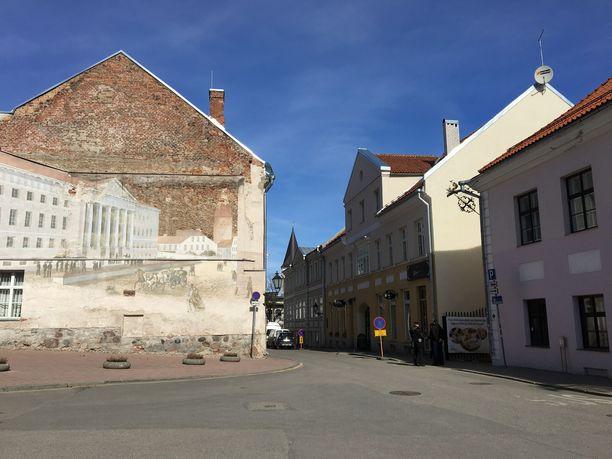 Kaupungilta löytyy paljon hauskoja yksityiskohtia. Oikealla sijaitsevassa keltaisessa talossa on mainio kahvila Werner.