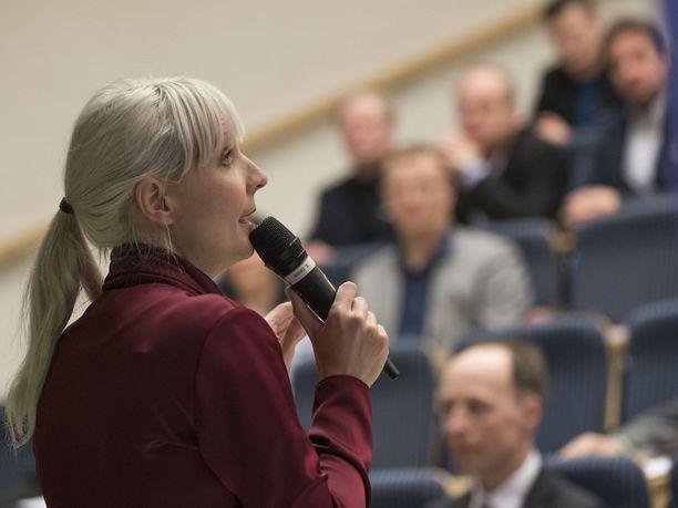 Laura Huhtasaari ei pitänyt oppilaiden tekemää julistetta asiallisena.
