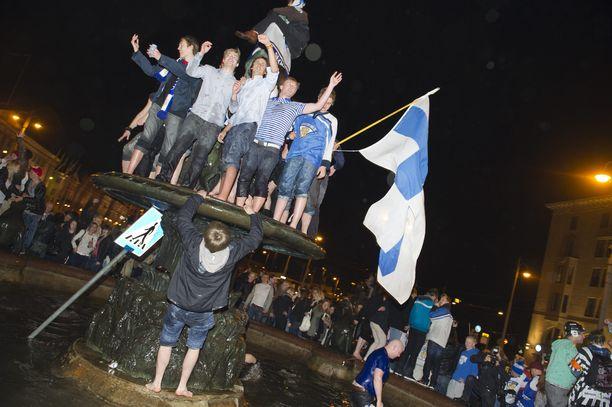 Juhlijoilla on tapana kokoontua suihkulähteille voiton hetkellä. Kuvassa tunnelmaa Helsingin Mantan patsaalta vuonna 2011.