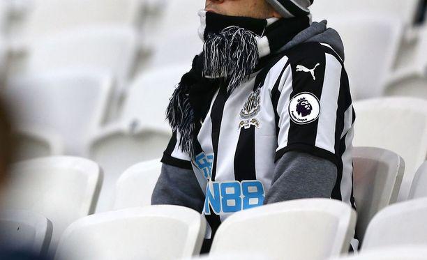 Newcastlen kannattaja voi unohtaa jalkapallo-otteluissa käynnin hetkeksi. Kuvan kannattaja ei liity tapaukseen.