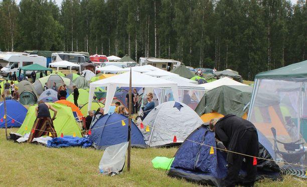 Tuomiston tilan pellot täyttyivät festivaalivieraista perjantaina.