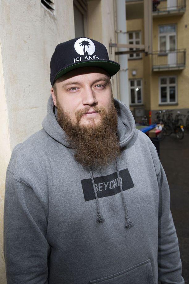 Laulaja Kasmir eli Thomas Kirjonen todisti oikeudessa Smithin näyttäneen hänelle seksivideoita.