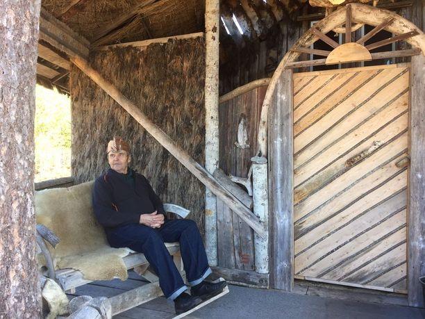 Saunoja voi vilvoitella saunan terassin keinussa.