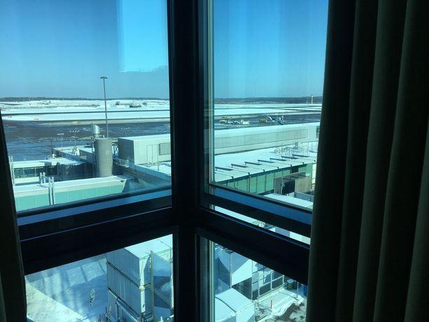 Näin komeasti lentokenttä näkyy osasta huoneita. Äänet eivät kuitenkaan kantaudu erikoisikkunoiden lävitse.