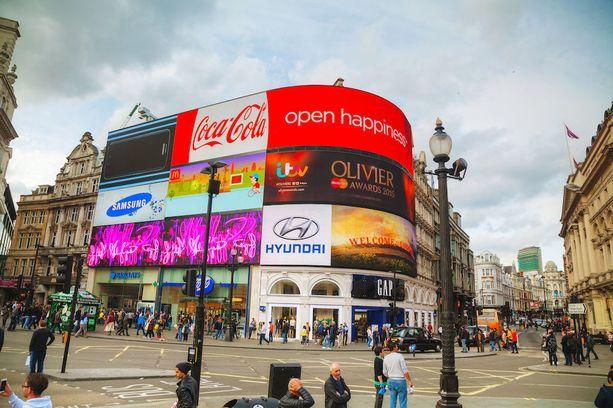 Lontoon vilkkaan keskustan yksi kuvatuimmista kohteista Piccadilly Circus -aukio, joka on kuuluisa sen suihkulähteestään ja valaistusta mainostaulustaan.
