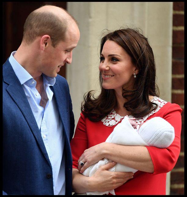 Herttuatar Catherine ja prinssi William asuvat perheineen Kensingtonin palatsissa.
