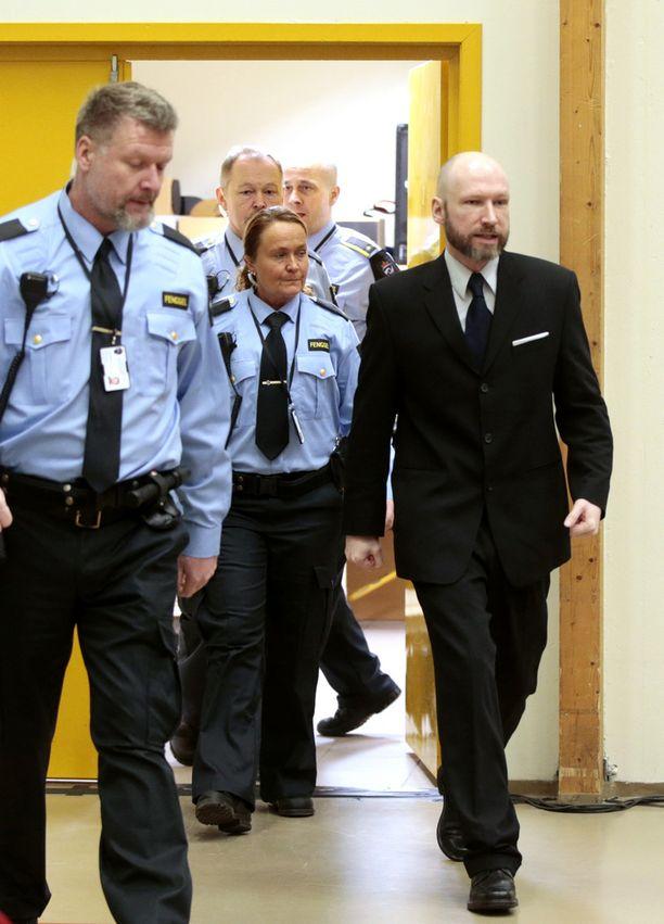 Breivik vankilan liikuntasaliin järjestetyssä oikeudessa tammikuussa.