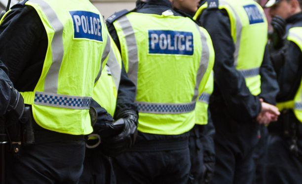 Lontoon poliisi ampui nuorta naista ja pidätti kolme muuta henkilöä terrorisminvastaisessa ratsiassa Lontoossa ja Kentissä. Kuvituskuva.