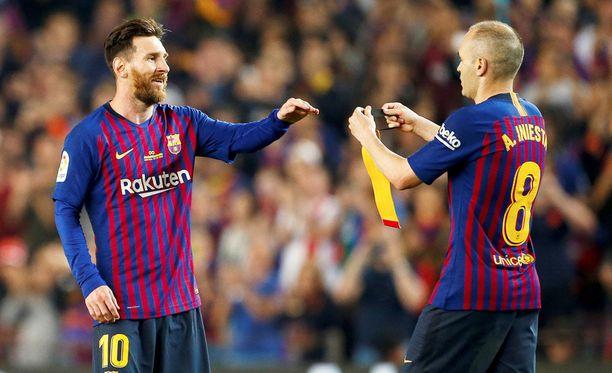 Leo Messi sai Andrés Iniestalta kapteenin nauhan.