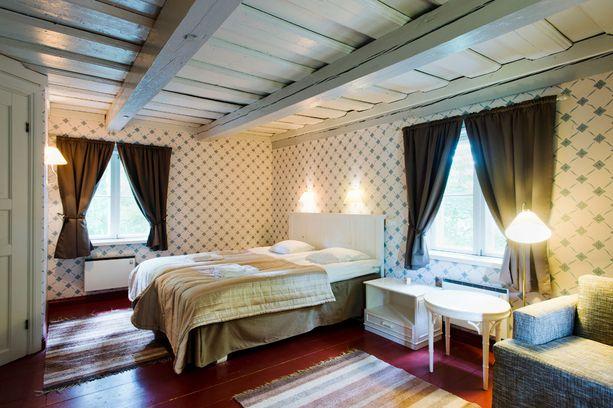 Mustion linnan viihtyisiä hotellihuoneita.