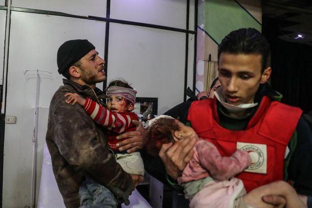 Haavoittuneita lapsia Itä-Ghoutan Doumassa maanantaina.