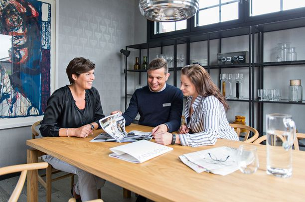 Sisustusprojektin aikana Helena Karihtala kokousti tiivisti Kannustalon toimitusjohtajan Mika Uusimäen ja talon suunnitelleen arkkitehdin Kati Raskun kanssa.