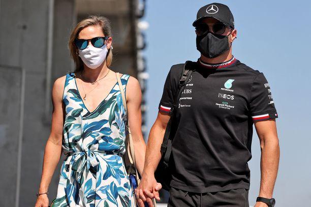 Valtteri Bottas ja Tiffany Cromwell näyttäytyvät yhdessä myös F1-varikoilla.
