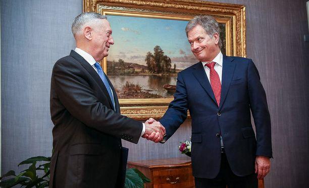 Sauli Niinistö ja James Mattis tapasivat maanantaina Presidentinlinnassa.