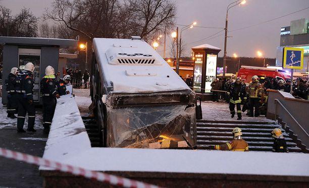 Joulupäivänä bussi ajoi metron alikulkutunneliin Moskovassa. Turmaan ei epäillä liittyvän terrori-iskua.
