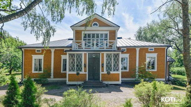 Empiretyylinen espoolaiskartano on rakennettu vuoden 1850 paikkeilla.