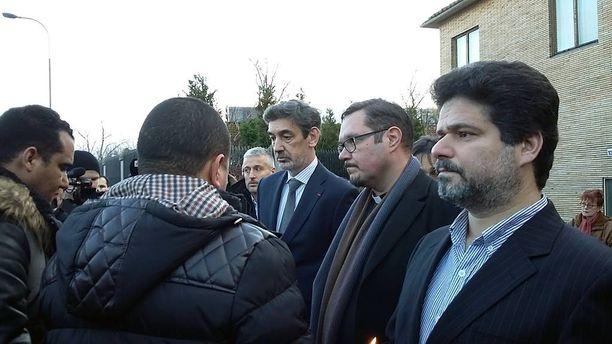 Rauhan ja toivon kävelyyn osallistuneet pitivät hiljaisen hetken Ranskan suurlähetystöllä. Ranskan suurlähettiläs Serge Mostura (toinen vasemmalta) otti rauhankulkueen vastaan.