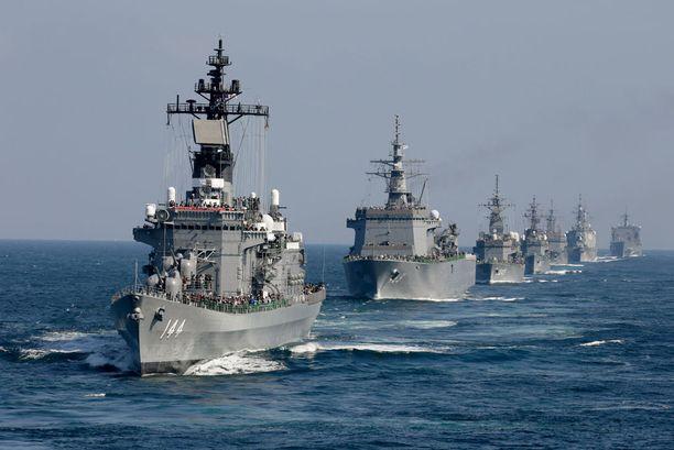 Japanin sotalaivat ovat valmiina pysäyttämään mahdolliset ohjukset. Arkistokuvassa etummaisena lippulaiva Kurama.