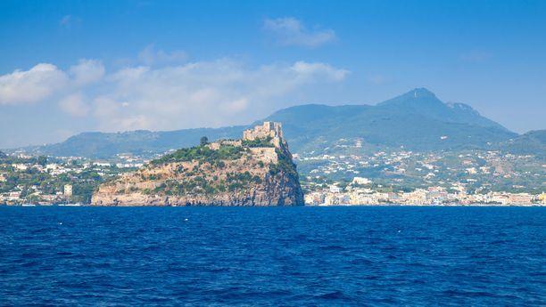 Ischia sopii rauhaliseen lomailuun. Saarelta löytyy kuumien lähteiden yhteyteen perustettuja kylpylöitä.