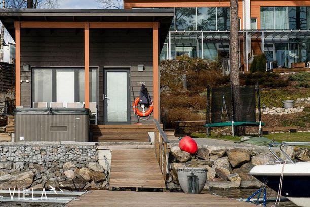 Myös tamperelaisen Näsijärven rannalla sijaitsevan rivitaloyhtiön asukkailla on yhteiskäytössä oma rantasauna, ranta ja vieläpä poreallaskin.