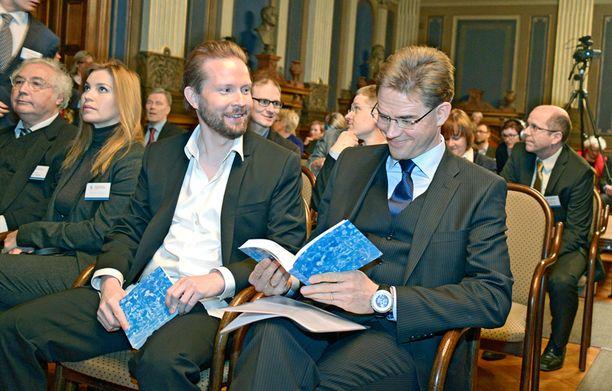 Pekka Himanen ja pääministeri Jyrki Katainen julkistavat tulevaisuustutkimuksen loppuraportin.