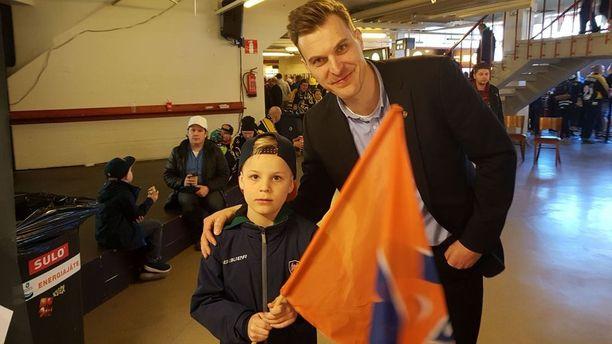 Pekka Saravo on poikansa Viljon kanssa seuraamassa kuudetta SM-finaalia.
