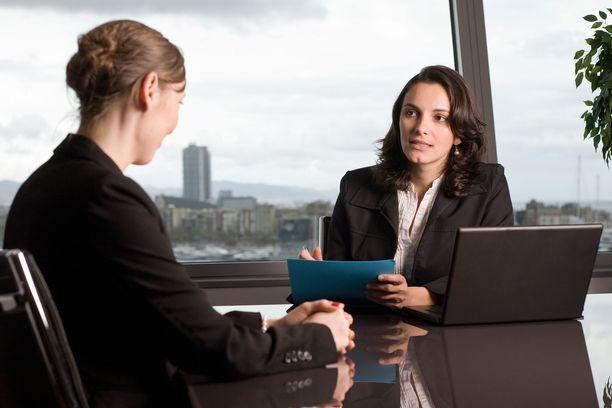 Työhaastattelussa kannattaa kysyä kysymyksiä haastattelijalta.
