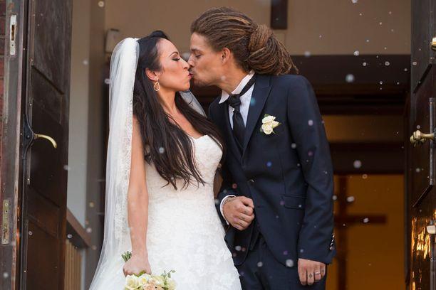 Juuri avioituneen Jannan kesä jatkuu kynsissä.