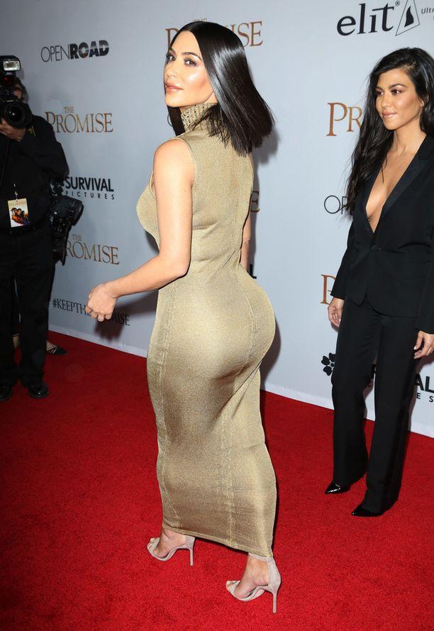 Kim Kardashian edusti yksin punaisella matolla.