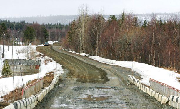Alakurtista on maanteitse matkaa Sallaan noin 90 kilometriä.