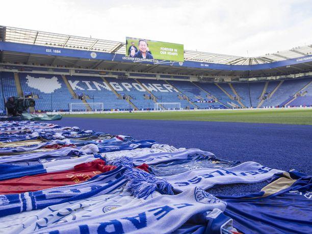 Ihmiset olivat levittäneet Leicester Cityn pelipaitoja, huiveja ja lippuja King Power -stadionin nurmen ympärille.