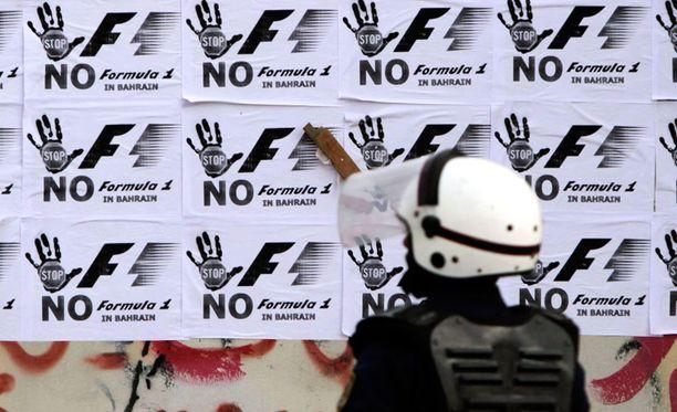 Hallituksen vastustajat osoittavat Bahrainissa mieltään F1-kisaa vastaan.