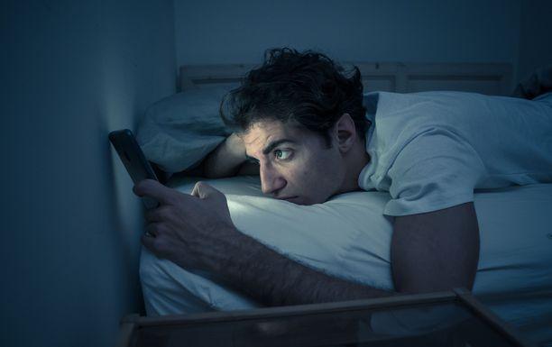 Esimerkiksi älypuhelimen käyttö unta odotellessa voi viivästyttää nukahtamista entisestään.