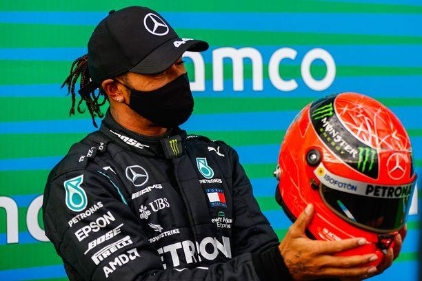 Lewis Hamilton ihasteli lahjaksi saamaansa Schumin vanhaa ajokypärää.