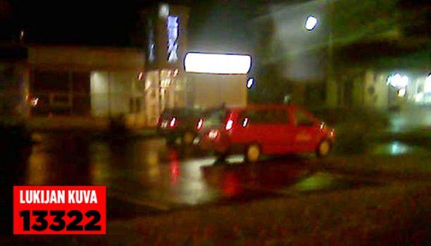 Poliisi eristi Liedon keskustan ja paikalla oli useita poliisin edustajia.
