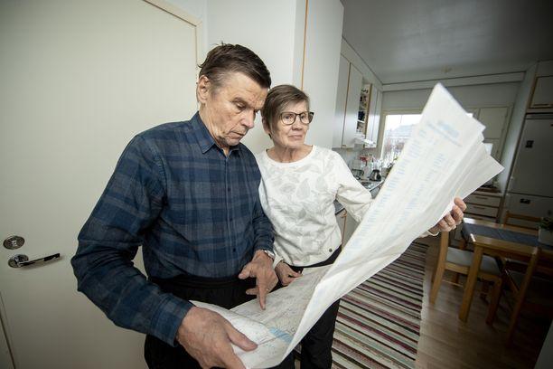 Suunnistajapari Liisa (os. Veijalainen) ja Tuomo Peltola kotonaan Liedossa.