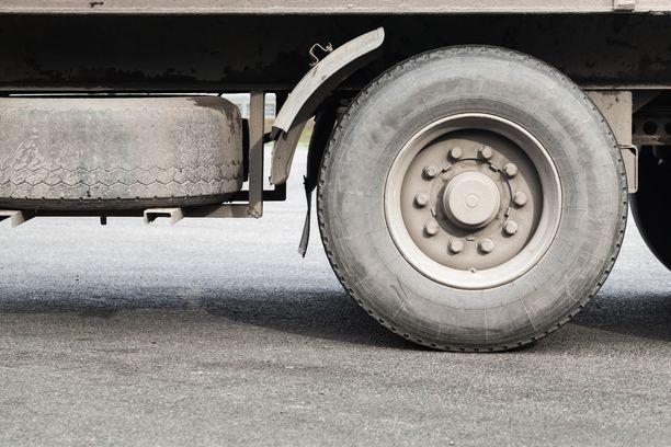 Liikenneturvan tutkimuspäällikkö Juha Valtonen kertoo, että kuorma-autojen katvealueista on kannettu huolta kansainvälisesti. Kuvituskuva.