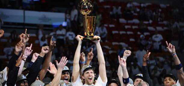 Dallas ja Dirk Nowitzki (kuvassa keskellä) juhlivat mestaruutta.