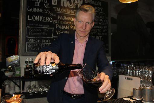 Hotellinjohtaja Mikko Kankaanpää on tyytyväinen Solo Sokos Hotel Torni Tampereen nimikko-oluisiin.