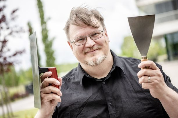 Antti Suikkari esittelee smash burgerin valmistusvälineitä.
