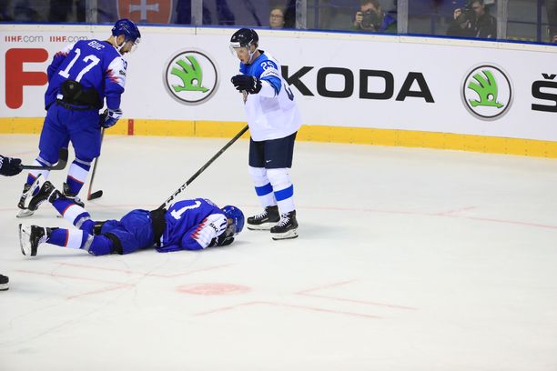 Toni Rajala keskeytti pelin esimerkillisesti heti, kun näki, että nyt sattui.