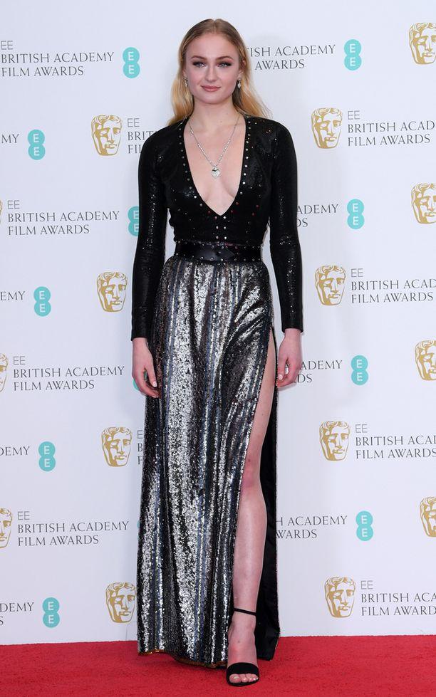 Sophie Turnerin asu oli yksi illan paljastavimmista.